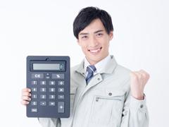 電卓を持つ作業着男性