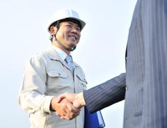 握手する建設会社の男性