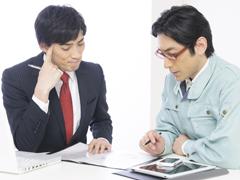 営業と作業着の男性