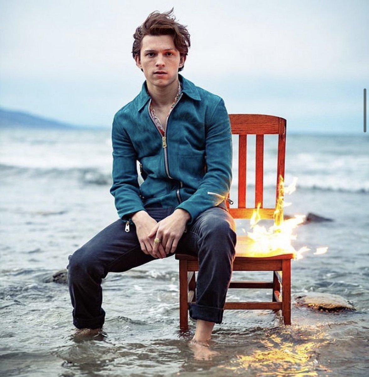 なぜか半分燃えてる椅子に座らされて 超キメ顔で写真撮られた後、 全力で緊急離脱するトム・ホランド