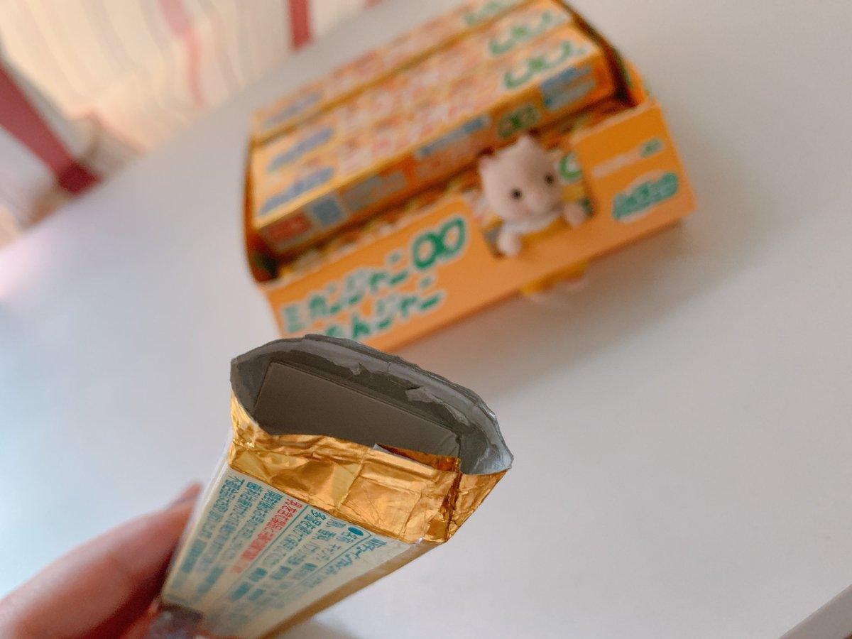 ハイチュウ後ろから開けて中身全部出して四角く折った厚紙入れると綺麗にパッケージ保存できるよ☝️