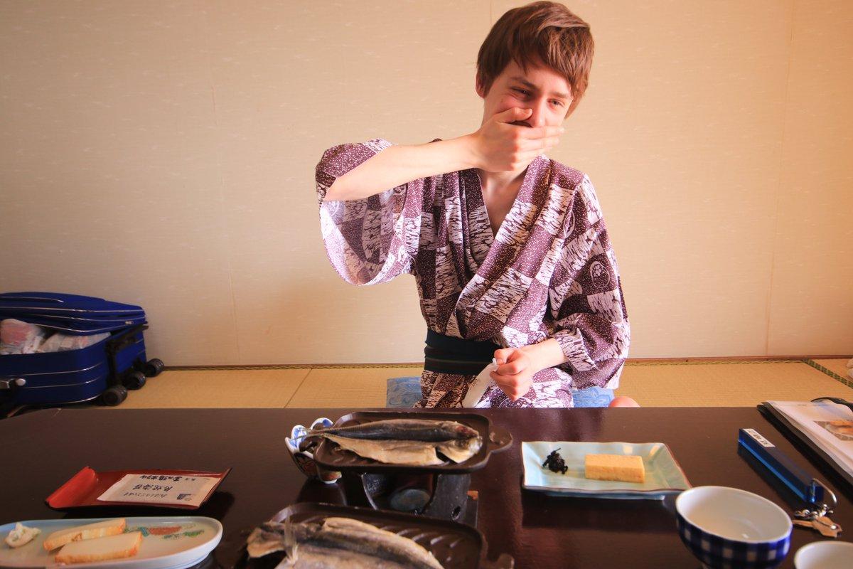 我が名はアルトゥル‼️ 日本の皆様に伝えたい‼️ 初めて日本に行って憧れの温泉旅館に泊まった時に頂いたご飯がこれは大変‼️ 毎日泊まりたい‼️ 美しさに感動し息が止まる‼️ なんだこのご飯入れる箱‼️ こんな可愛い箱見たことない‼️ 美味しいご飯いただける旅館にはおとといきやがるから覚悟してたもれ‼️