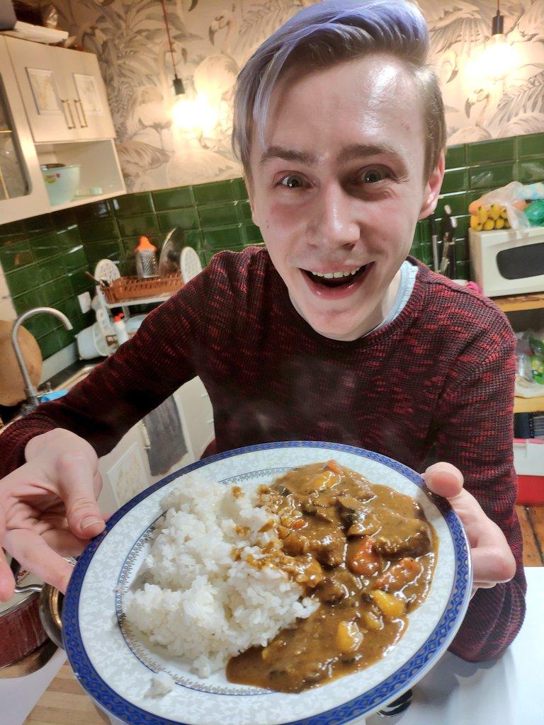 我が名はアルトゥル‼️日本へ行けず悲しいラトビア人‼️日本のカレーが食べたくて自分で作った‼️ルーは売ってないから全部手作りであります‼️23種類の材料を使い、完全に日本のカレーができたんだ‼️野菜もお肉もごろごろしていて日本の家庭で作るカレーだよ‼️どなたか我と感動をわかちあってはくれくか‼️