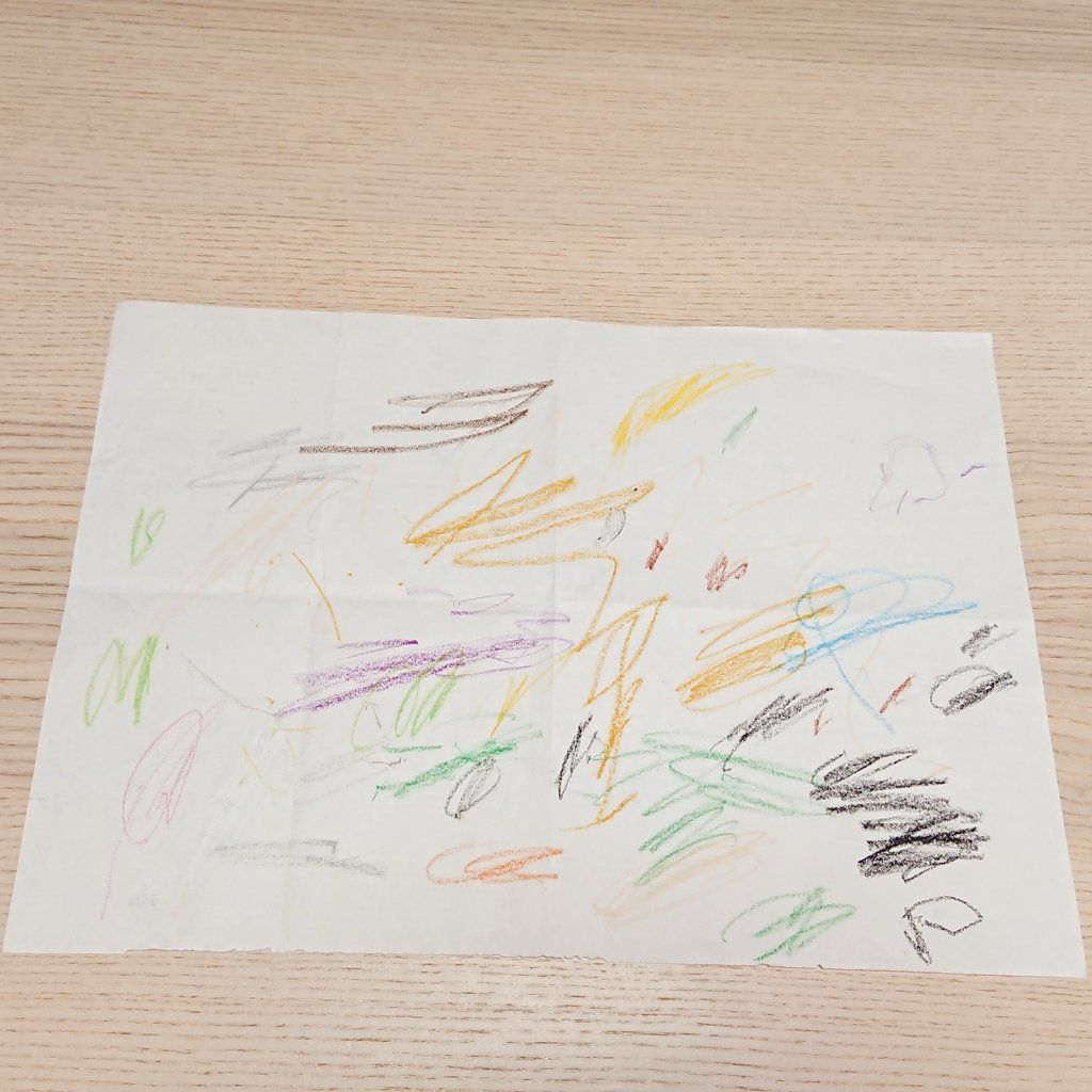 子どもが保育園で初めて描いたクレヨンの作品が、化粧ポーチに生まれ変わった…