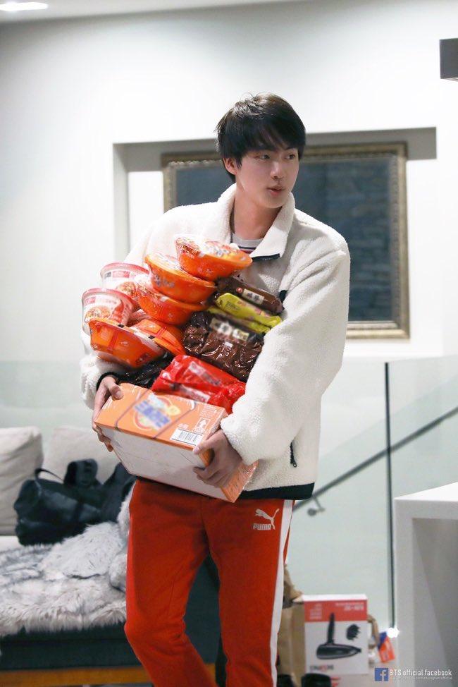🐹✨ラーメンの買い溜めwwww🍜 @BTS_twt 年越しに何食べるんだろなぁ