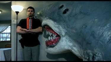 これはハウスシャークの大好きなシーンの1つで、本棚に擬態してサメから逃れるシーン