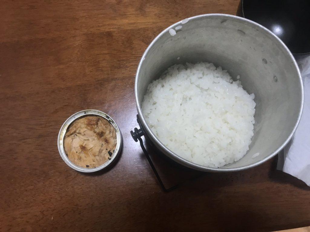 ツナ缶開けてティッシュ1枚を折りたたんで油を染み込ませて燃やす