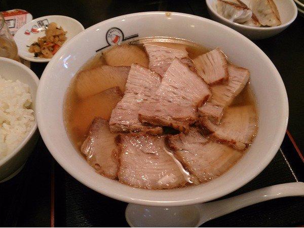 麺は太めの縮れ麺がよく使われる