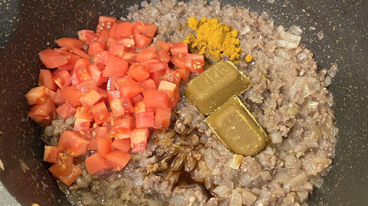 お家で簡単に専門店レベルのキーマカレーを食べよう❗️ ひき肉100g 玉ねぎみじん切り1個分 チューブにんにく大さじ1 砂糖小さじ1/2 塩小さじ1/3全てをしっかり炒めたら赤ワイン50mlを加え3分ぐらい煮詰め、 トマト1個 中濃ソース•カレー粉各小さじ1 カレールー2個を加え溶けるまで混ぜたら完成 ↓補足