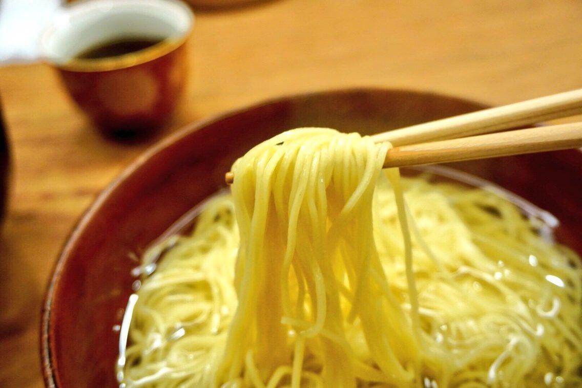 スープはお湯のように無色透明、なんの具ものせられていない