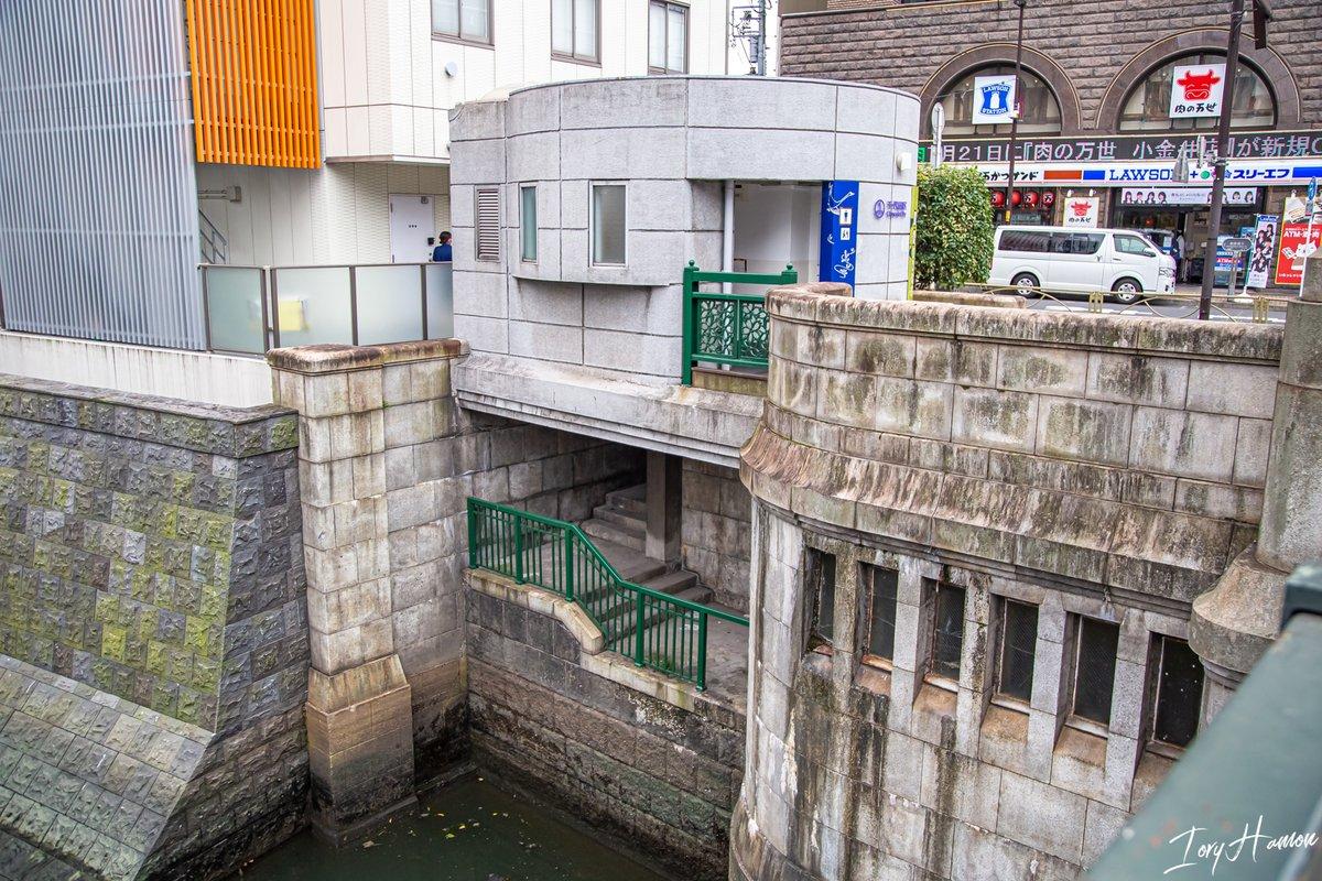万世橋トイレ下の謎空間(国交省すら用途把握してない)のやつ、実は最近なにげに柵だけキレイにリペイントされてたりする