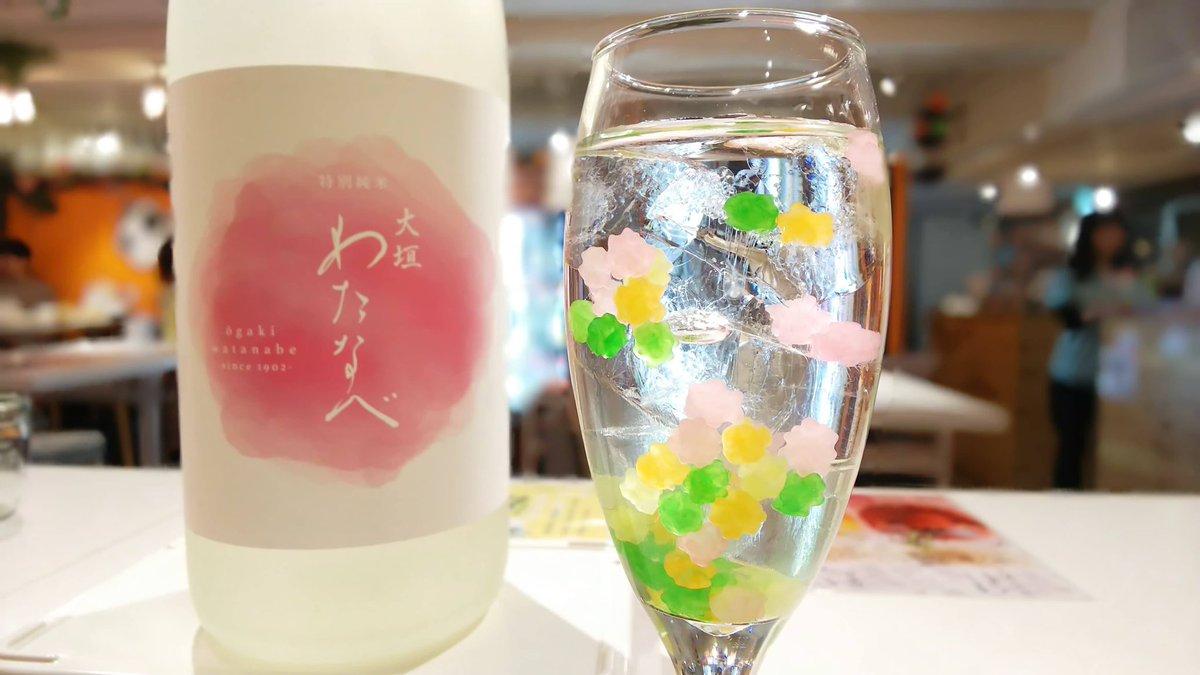 金平糖を日本酒に入れると、甘くて飲みやすい可愛いカクテルに。