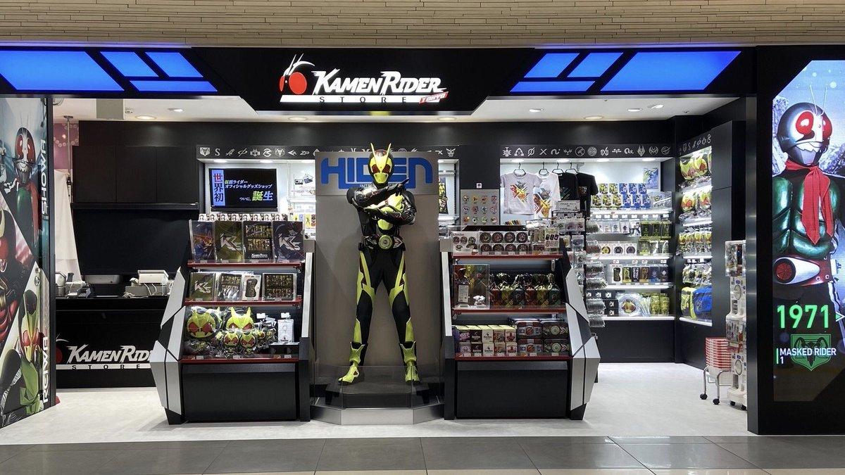 そしてなんと #仮面ライダーストア では本日より #仮面ライダーセイバー がお出迎え‼️ 剣をかまえるポーズがとってもカッコイイですね😆✨ご来店の際は是非ツーショットしちゃいましょう📸  #ゼロワンありがとう  #ゼロワンからセイバーへ
