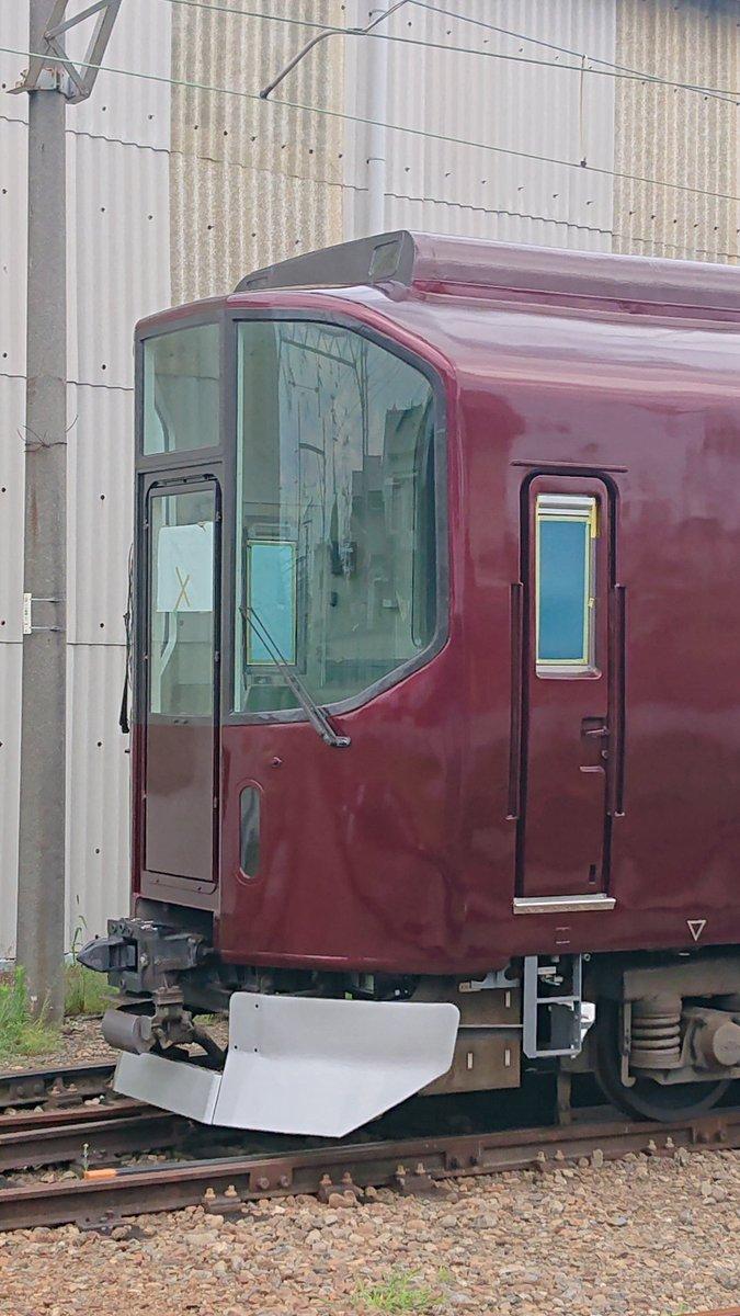 近鉄 20000系 楽  リニューアル改造され姿を現す❗  7月22日午後  高安検修センターにリニューアル  工事の為入場している楽の大阪方  2両が建屋から出て居る姿を撮影できました