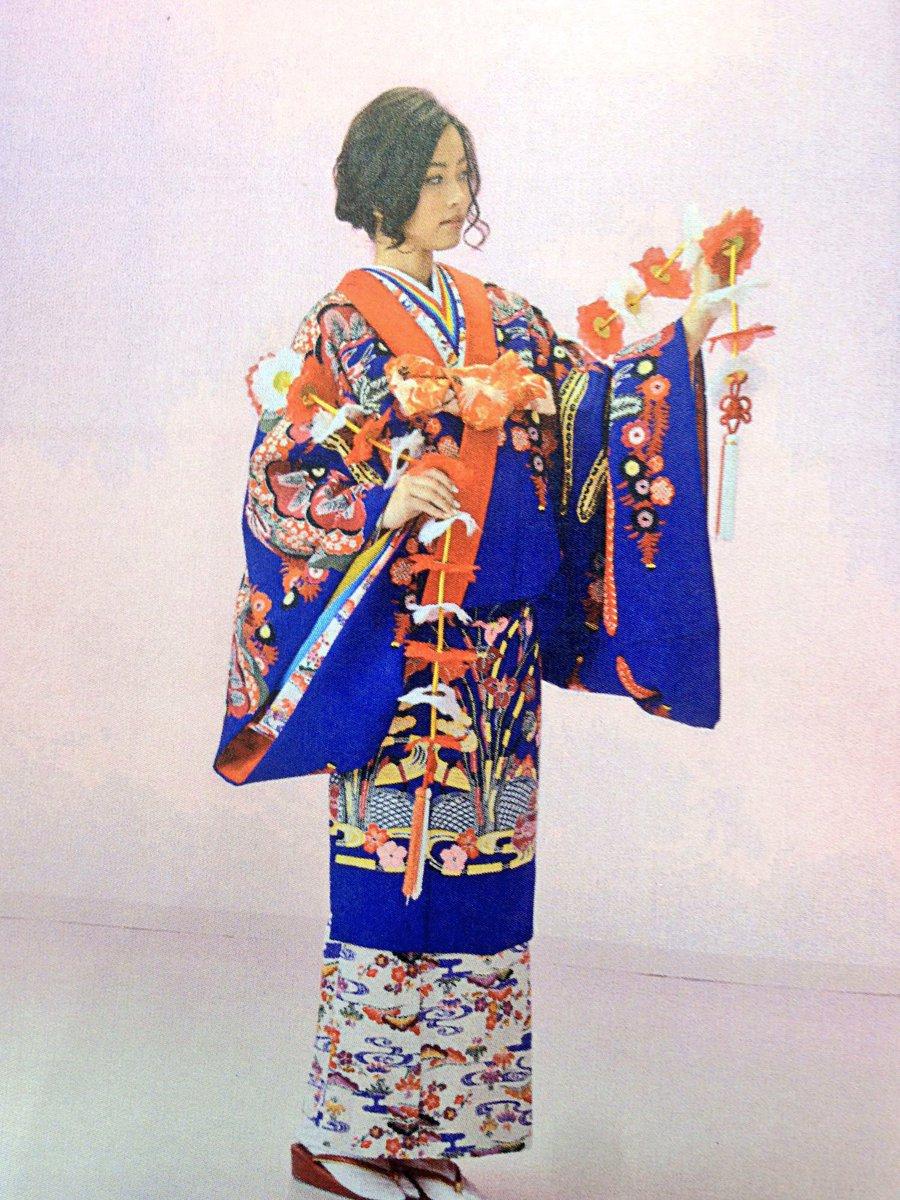 これは琉装っていって沖縄の民族衣装なんですよ〜🌺今思っても振袖じゃなくて琉装を選んで本当よかった