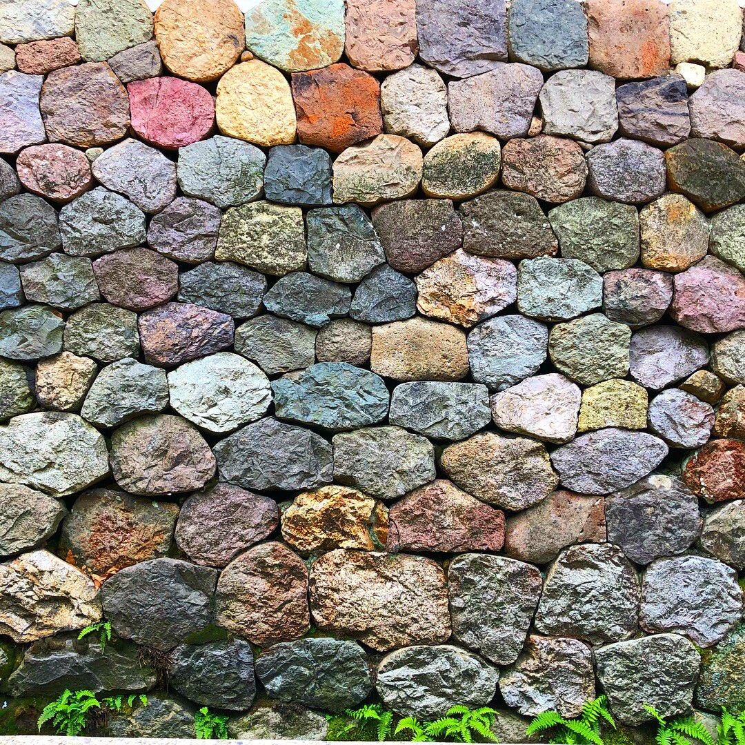 ふと思い出したのですが、 金沢観光した際、こんな素敵な石垣がありまして  天然石の色そのままだと思います