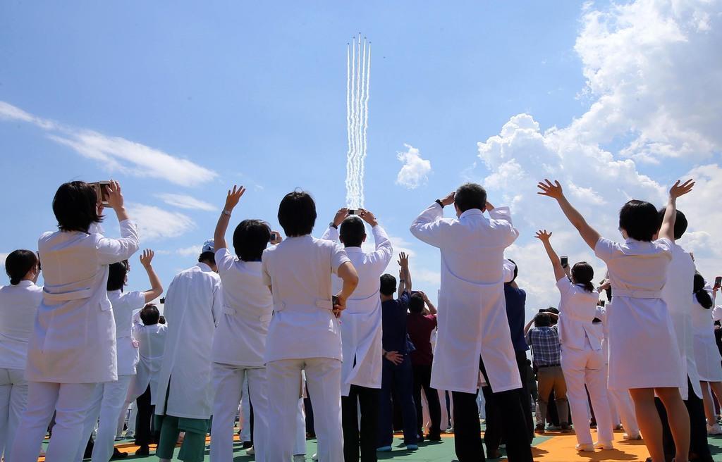 【更新】空自衛隊の「ブルーインパルス」6機が東京都心で、新型コロナウイルスと戦う医師や看護師ら医療従事者に感謝の意を示すアクロバット飛行を披露しました