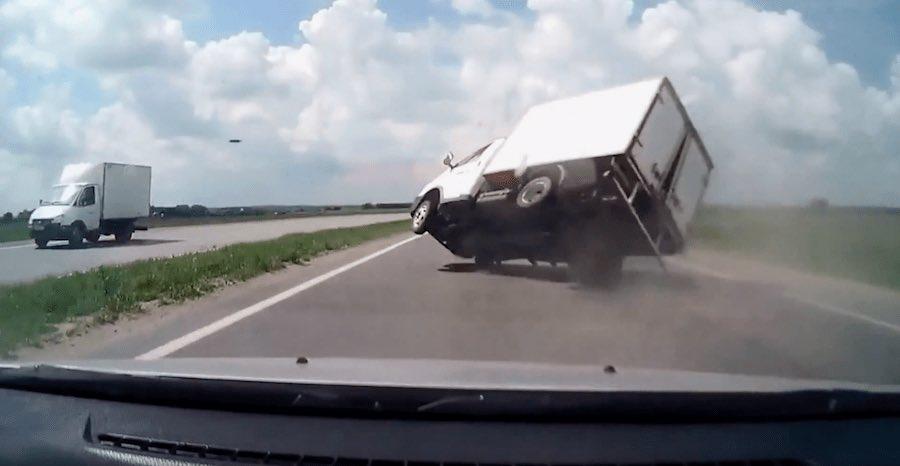 ロシアのヤバすぎるドライブレコーダー記録映像を集めた映画『The Road Movie』をこの時期に観ると、正月特番っぽくて良い