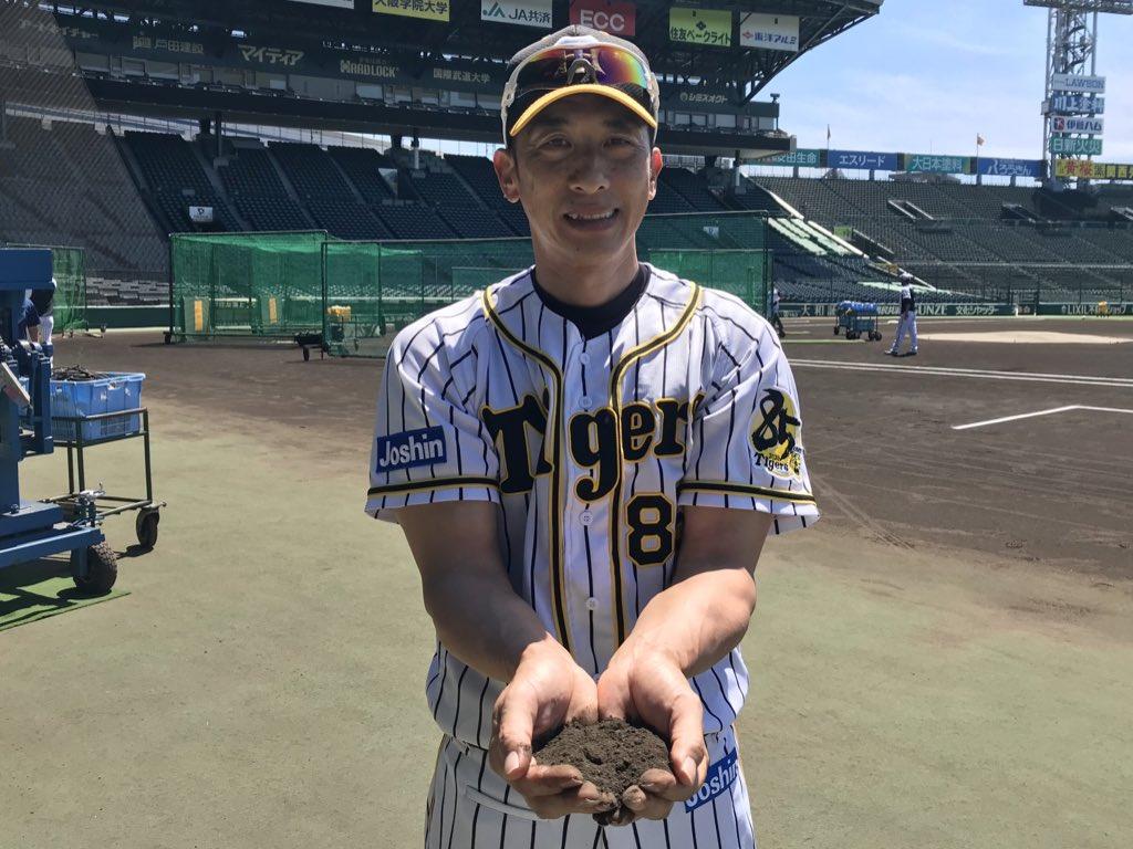 阪神甲子園球場と阪神タイガースは、(公財)日本高等学校野球連盟に加盟する野球部の3年生全部員を対象に、「甲子園の土」キーホルダーの贈呈を行うこととなりました