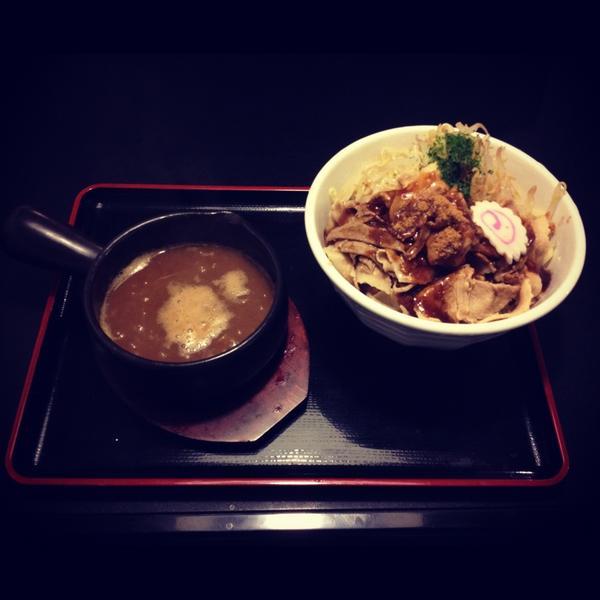 ボリューム満点の具材と平打ちの太麺を熱々のスープにつけて食べるこのつけ麺は、こってりしながらも飽きることなくガッツリと食べられる一品