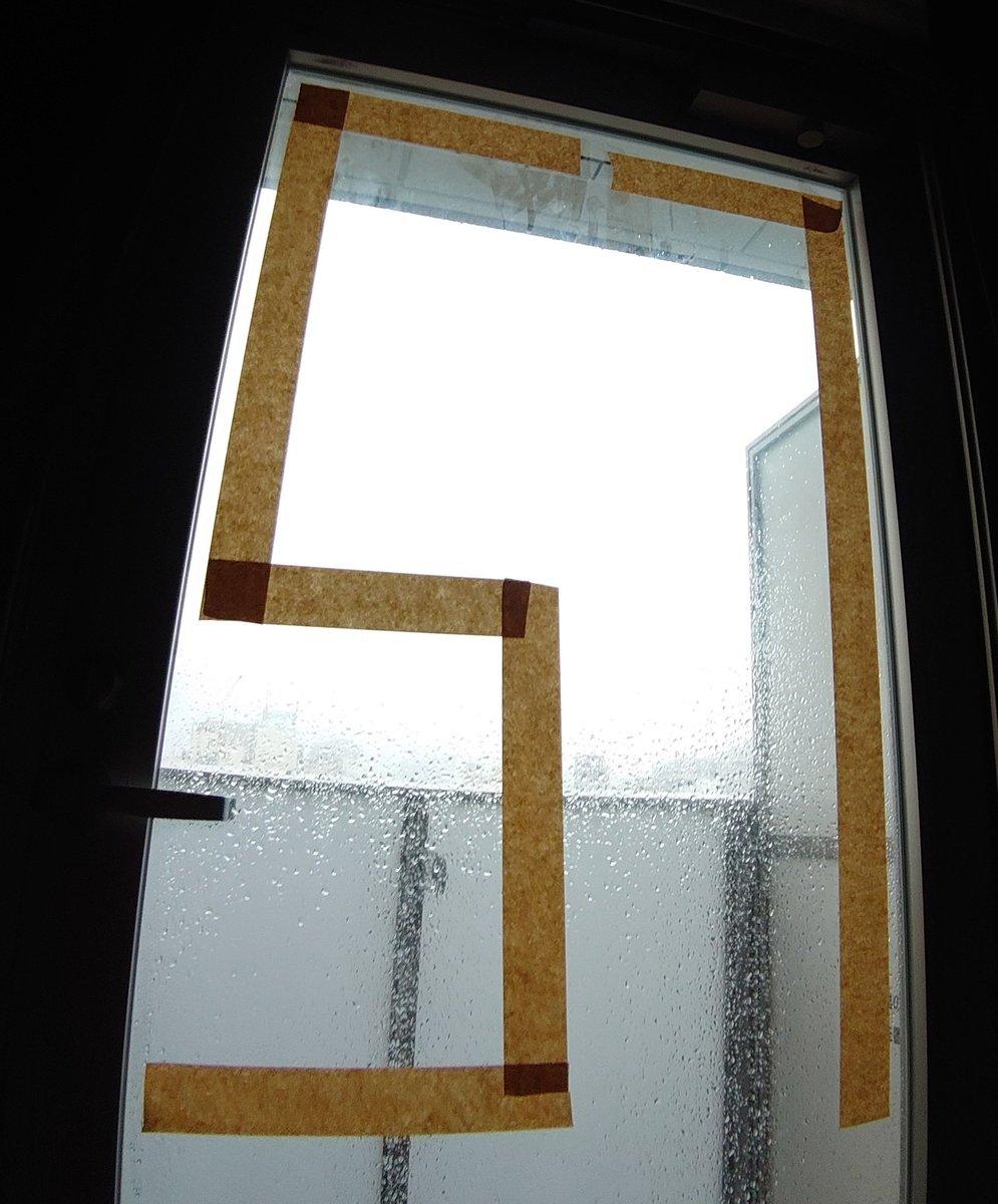 窓に素数貼ったから割れない!  ヨシ!