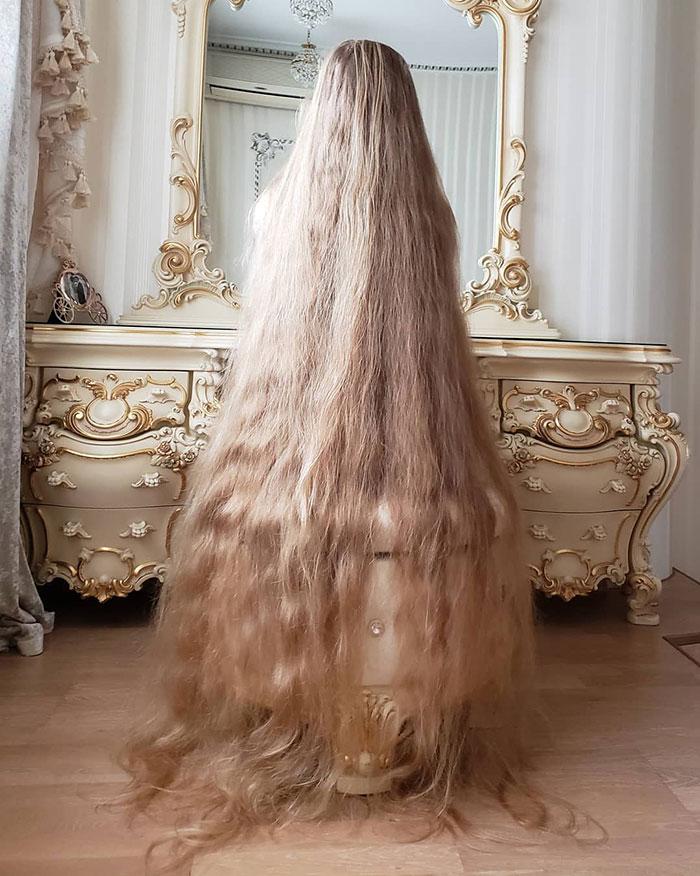 5歳から29年間髪を切ってない外国人女性、アニメキャラくらい伸ばすにはこれくらい時間かかる