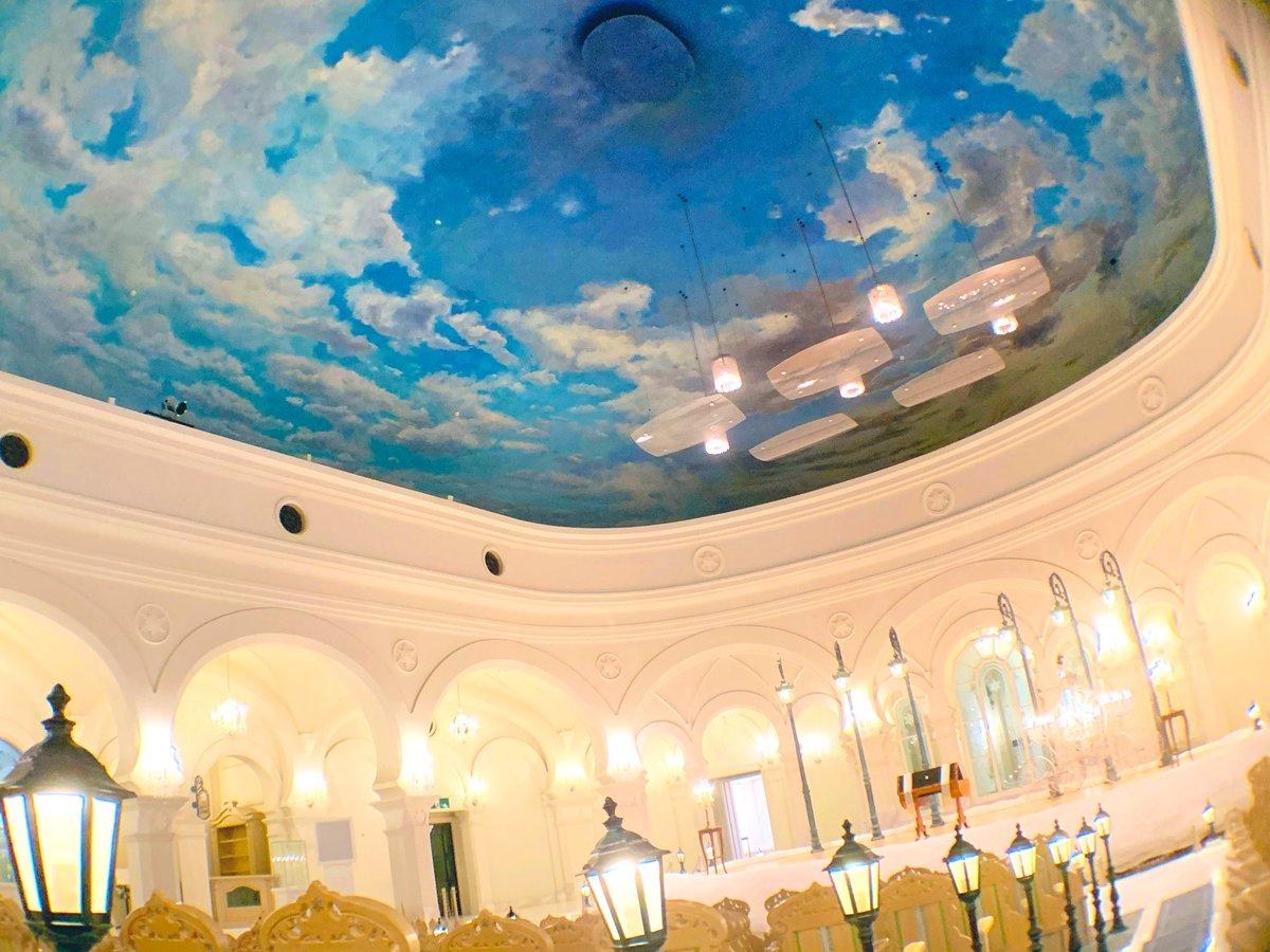 雪の美術館内にはスノーブライダルができる結婚式場があります.野外音楽堂をコンセプトに天井は「北の空」という巨大な油絵になっており,まさに寒気流入時の冬の空が忠実に描かれています.本当に本当に圧巻です.
