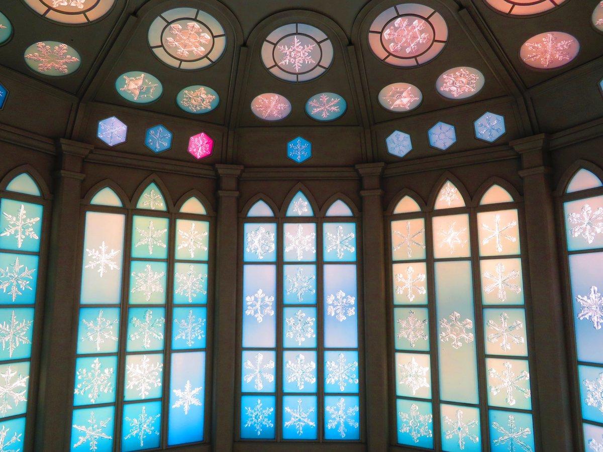 雪の美術館といえば,スノークリスタルミュージアム❄️顕微鏡撮影した約200枚の雪の結晶を天井から壁一面にステンドグラス状に展示されています.ただただ美しく,自然の芸術作品に包まれた空間を旅することができます.