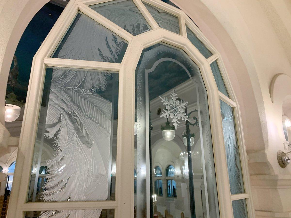 雪の美術館内は雪や霜の造形を徹底的に再現していて,ありとあらゆる箇所で物理的にも正しく,かつ美しい雪の結晶のデザインが溢れています❄️真面目に数えたらとんでもない数になりそうな雪のデザインにはここでしか出会うことができません.