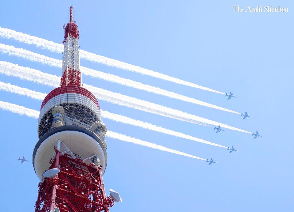#東京タワー の上空では、6機が隊列を組み、白のスモークで直線を描きました