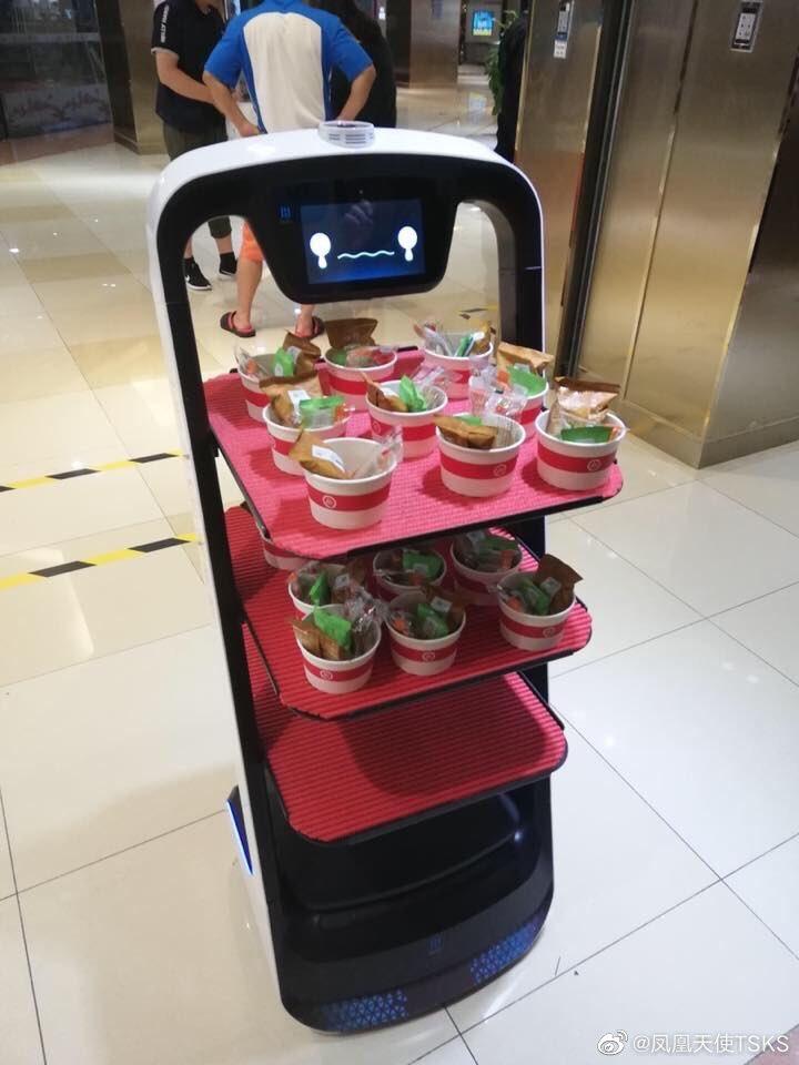 さっきのロボット、持った食べ物は誰もいらない時顔