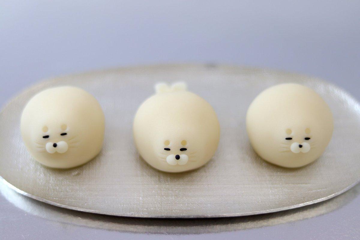 練り切りの『幸せあざらし』と『赤ちゃんペンギン』🍡  お客様から「可愛くて食べづらい和菓子」という要望に応えるべく 体を丸々と太らせて美味しそうに見せましたが、逆効果だったみたいです🙇