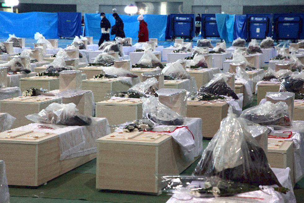 津波の犠牲者を発見→遺体の損傷が激しく(津波は思った以上に)、そのまま安置所には運べず、また仮埋葬も出来ず、遺体を、洗う手作業を自衛隊が行いました