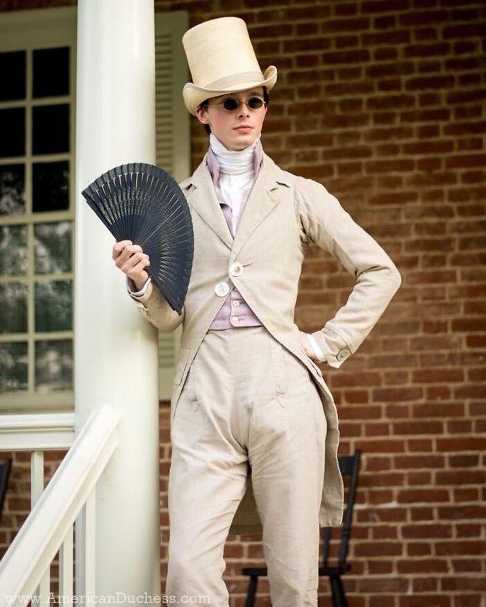 世の中の服が嫌すぎて14歳から自分で仕立てて普段着にしてるイギリス人青年