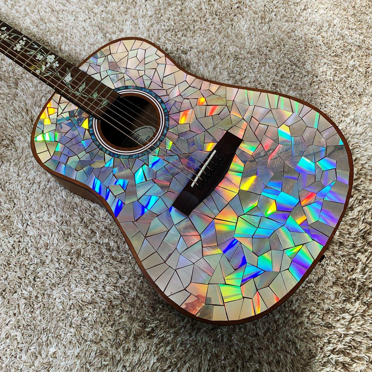 古いDVDをハサミで切ってギターに貼ったら、存在感半端ないギターになった件