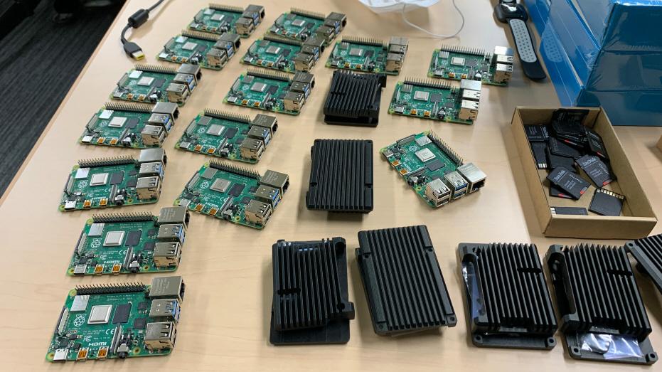 安価な Raspberry Pi 4 が IPA 内に大量に並べられており、1 ユーザーあたりわずか月額 5 円のコストで、高速・低遅延のテレワーク通信の中継を実現しています