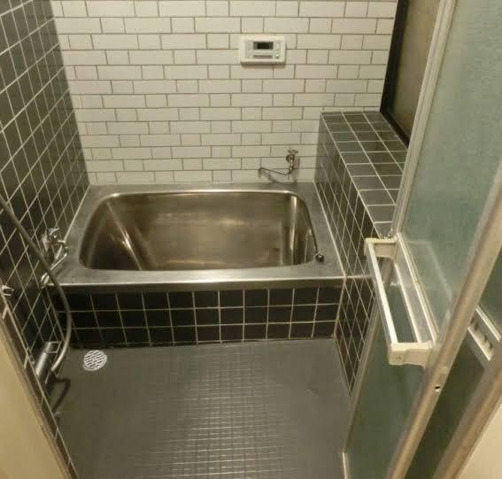こういう感じのお風呂場のタイルがめちゃくちゃ苦手なんやけど分かる人おらんかな どんだけ綺麗にしとっても、なんか綺麗じゃないような気がしてしまう プールとかのタイルもそうやった