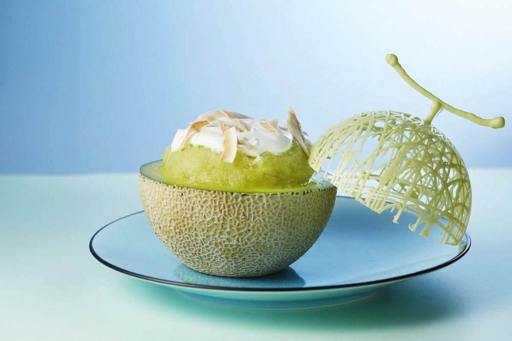 メロンが器の贅沢かき氷、杏仁アイスやアロエをトッピング - シャングリ・ラ ホテル 東京で -