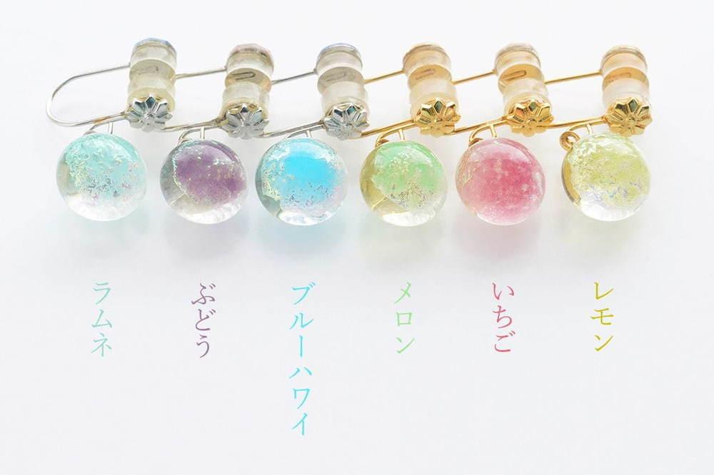 """""""かき氷""""色イヤリング「かき氷ぴあり」シロップのような色が滲む1粒ガラスを耳元に、ラムネやいちごなど全6色 -"""
