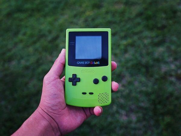 バッテリー不要のゲームボーイが登場、ボタン操作を電力に変換