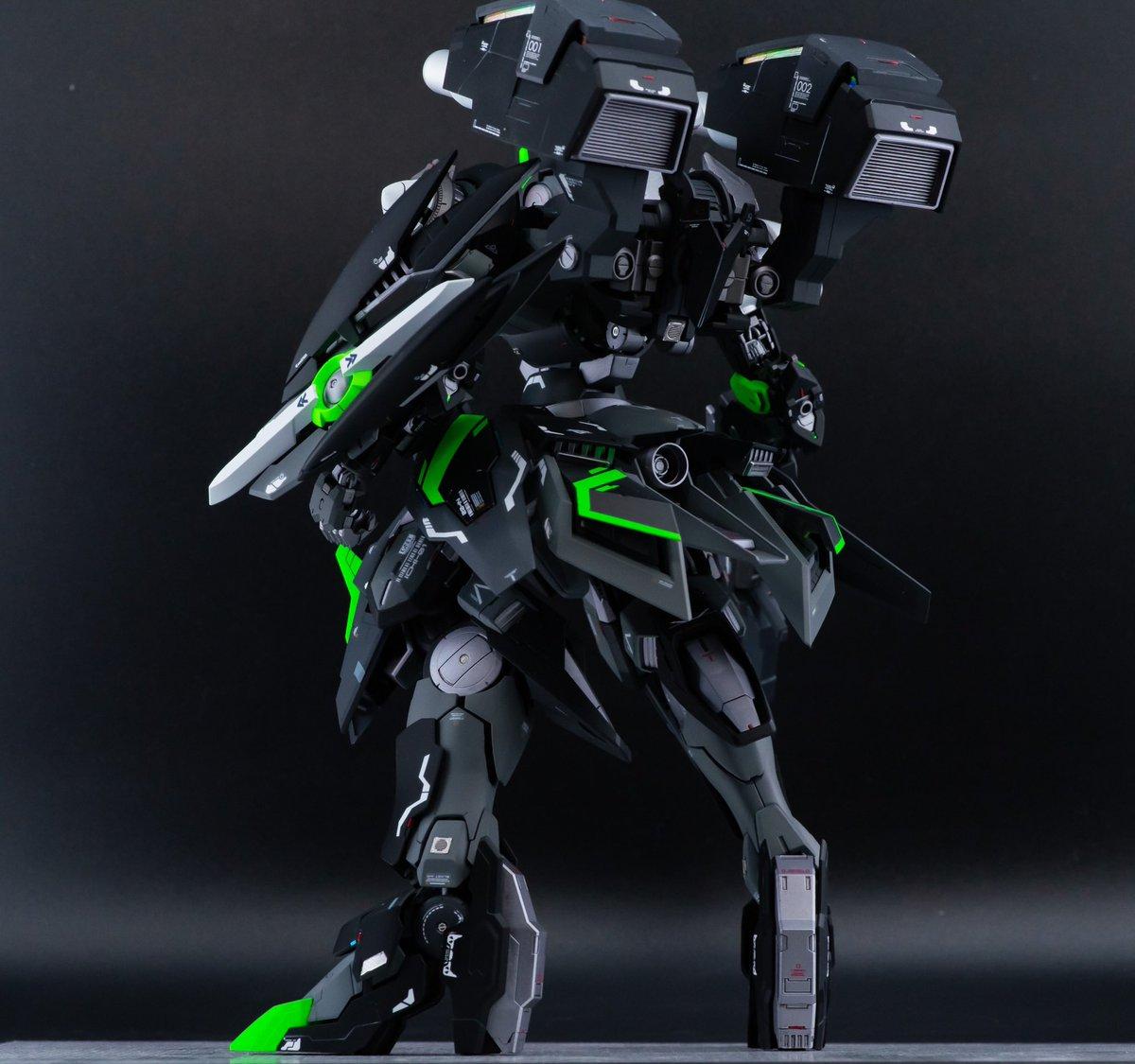 カラーリングは黒、グレーベースに差し色で蛍光グリーンを使用しています