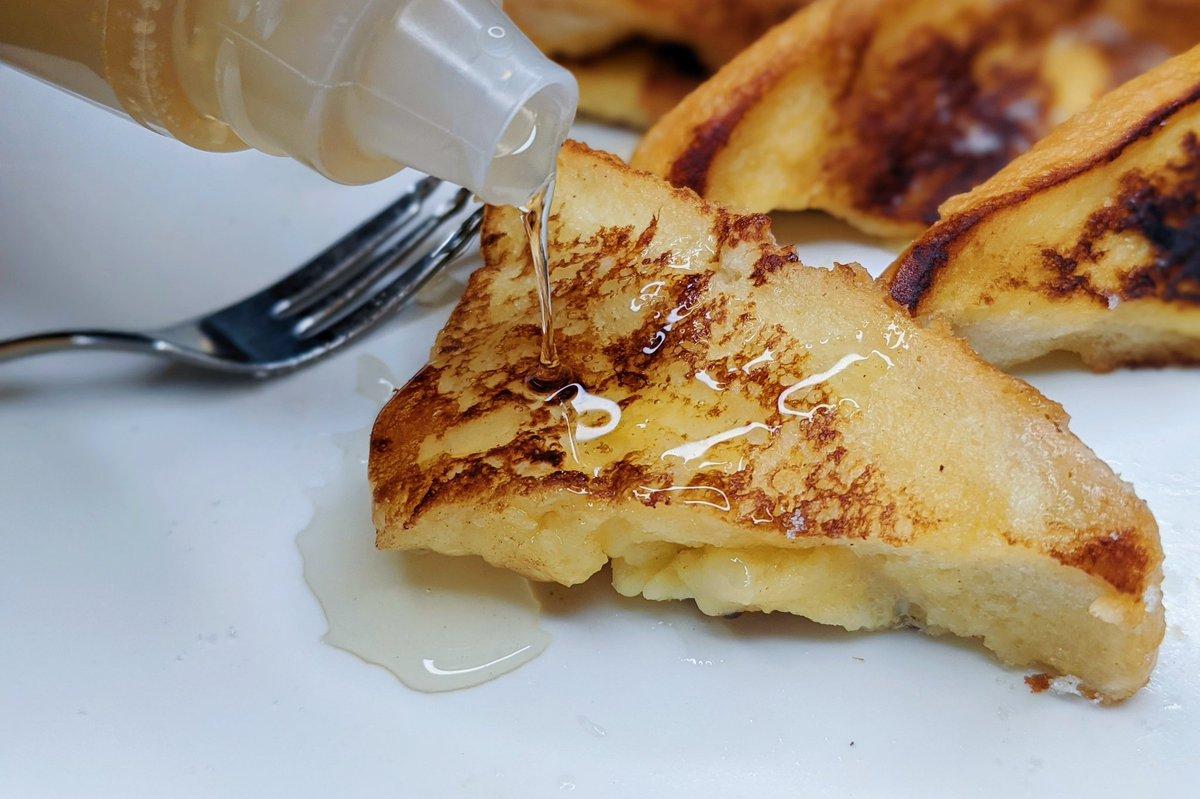 【チーズとはちみつのフレンチトースト】  ①パンの側面に切り込みを入れてチーズを入れる ②卵を溶き、牛乳、砂糖を混ぜる ③パンを②に浸してフライパンにバターを入れて弱火でパンを焼く ④両面に少し焦げ目がついたら皿に移して砂糖をまぶしてはちみつをかけて完成  サクふわで超美味です