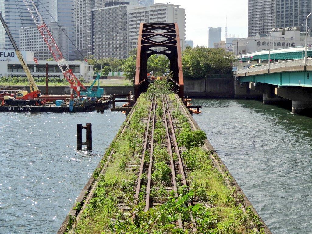 遊歩道に生まれ変わる晴海橋梁(旧晴海鉄道橋)です