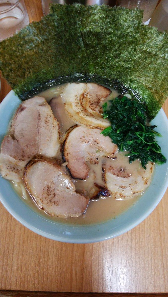 豚骨がとってもクリーミーでトロリとした口当たりのスープにレンゲが止まりません