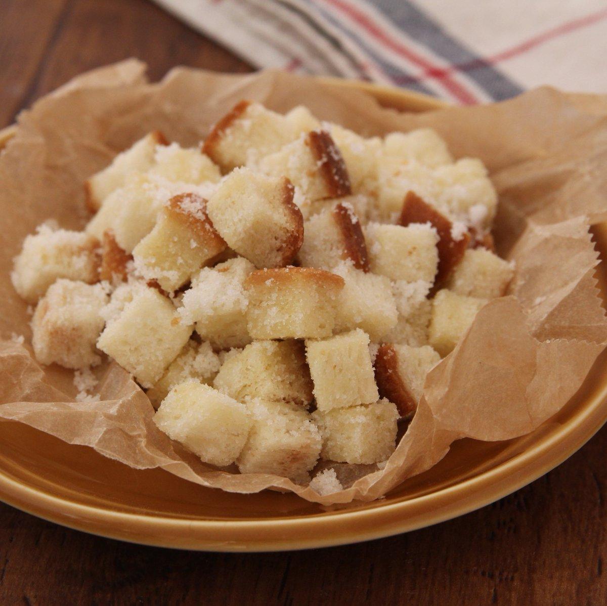 6枚切り食パン1枚を1cm角に切り600W1分半チンし、バター20g絡め更に30秒チンし混ぜたら、カリカリになるまで「30秒加熱→混ぜる」を繰り返し砂糖大1を絡める