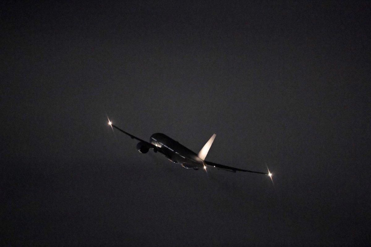 JAL777-200の退役機JA8977が米国ヴィクターヴィル(ホノルル経由)に向け空輸便JL8132便として羽田空港RWY34Rを出発しました