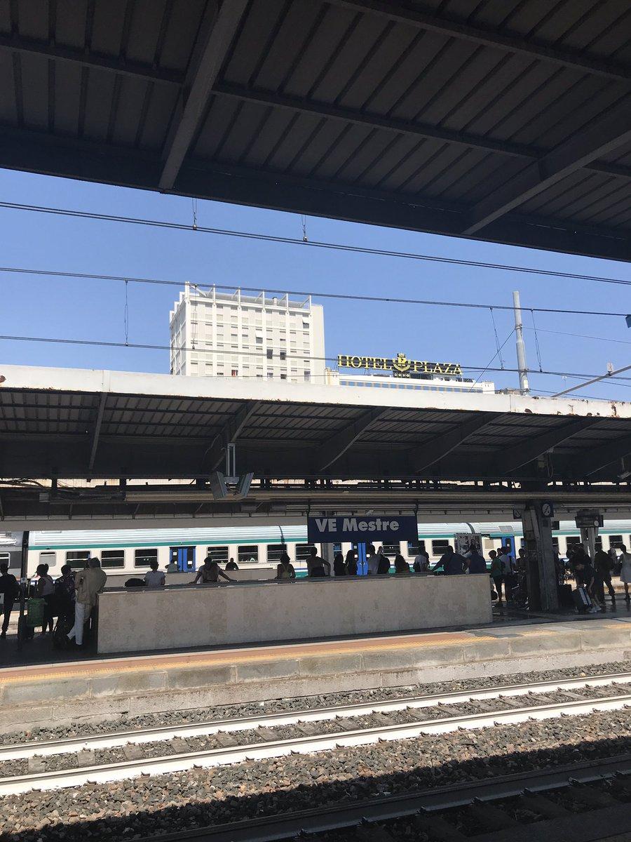 イタリア、ベネチア駅に着いたのですが、駅前があまりに普通で一瞬岡山駅に着いたのかと思いました