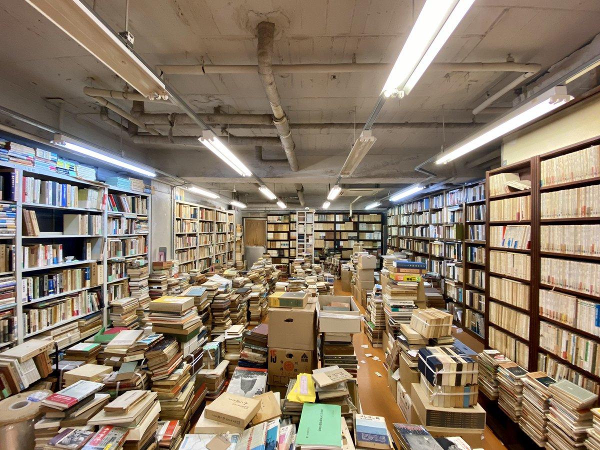 京都の有名な古本屋「梁山泊」、2月末に閉店予定だったけど、在庫が多すぎて片付けが終わらないため、3月に入ってもしばらく営業を続けるらしい