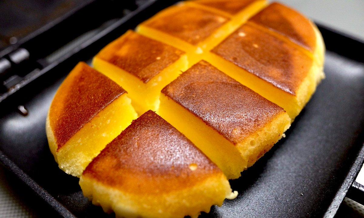 北海道チーズ蒸しケーキはオーブンで焼くのが有名だけどホットサンドメーカーではどうなのかと思ってやってみました スリット入れた面全てにバターを挟みます.ホワッホワでとんでもなくうまいです 試しにハニーメープルかけてみましたが要らないな