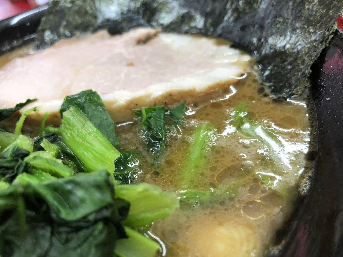 念願の王道いしい😻🍜🍚 スモークチャーシューの旨みが溶け込んだカエシと肉の旨味が凝縮された濃厚なスープ、王道家オリジナルのモチモチした麺、超旨い